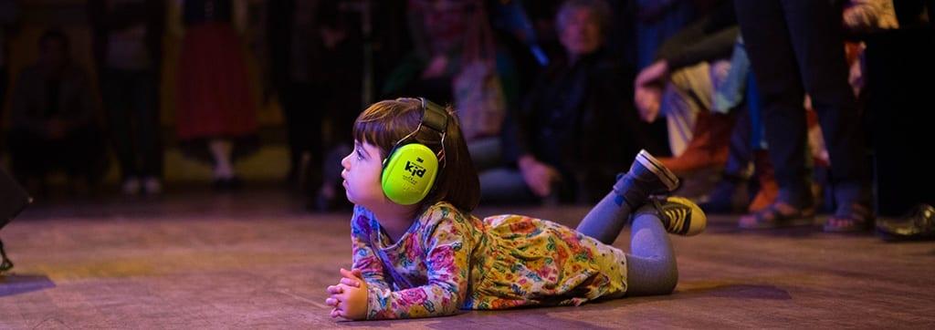 Kindje-met-oorbeschermers